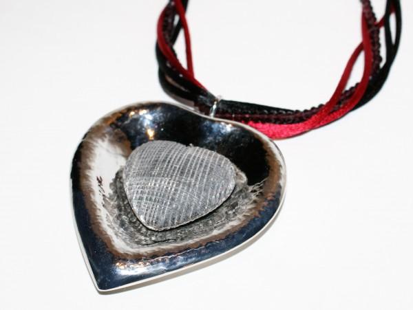 Handgefertigtes Collier in Herzform